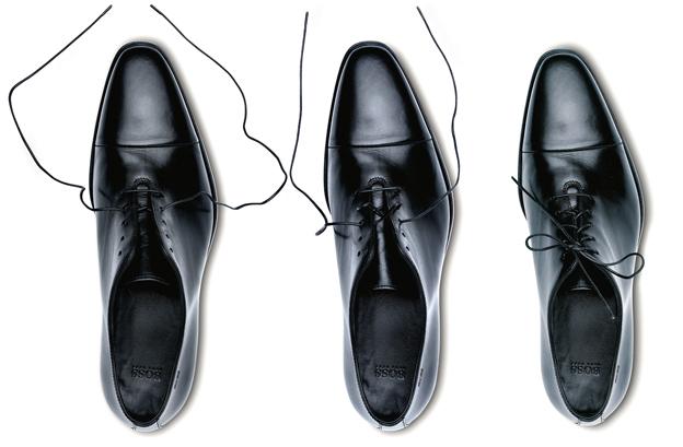 f2a2826ca9785 Eleganckie buty wiąże się tak  zaczynamy od wprowadzenia sznurówek w dolne  dziurki (bliżej noska). Końcówkę każdej sznurówki wkładamy od góry do ...