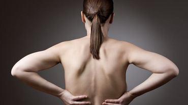 Jeśli zbyt długo stoisz lub siedzisz w jednej pozycji, ciężko pracujesz fizycznie lub długo żyjesz w stresie - mięśnie grzbietu zaczynają boleć