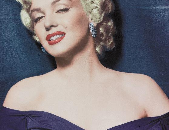 Blond loki Marilyn Monroe. W historii koloru włosów blond - świat nie zna bardziej sławnej blondynki od Marilyn. Nie ona była pomysłodawczynią tej fryzury, ale to ona  z niej zasłynęła. Ten styl to nawet dziś gwarancja 100% seksapilu...
