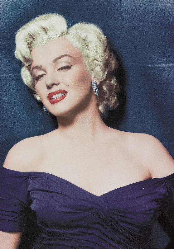 Blond loki Marilyn Monroe. W historii koloru w�os�w blond - �wiat nie zna bardziej s�awnej blondynki od Marilyn. Nie ona by�a pomys�odawczyni� tej fryzury, ale to ona  z niej zas�yn�a. Ten styl to nawet dzi� gwarancja 100% seksapilu...