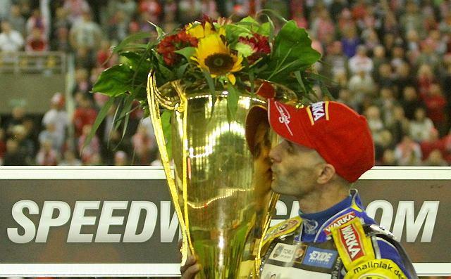 Tomasz Gollob cieszy się ze zwycięstwa w Grand Prix Polski na żużlu w Toruniu