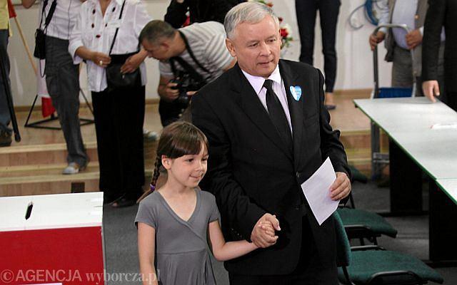 To chyba najsłodszy widok, jaki ujrzeli wyborcy na Żoliborzu. Jarosław Kaczyński z córką swojej bratanicy.