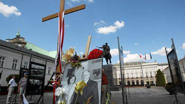 Krzyż pod Pałacem Prezydenckim ustawiony po katastrofie smoleńskiej