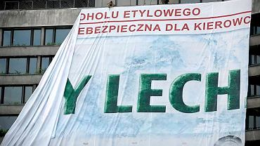 """Usuwanie reklamy """"Zimny Lech"""" sprzed Wawelu"""