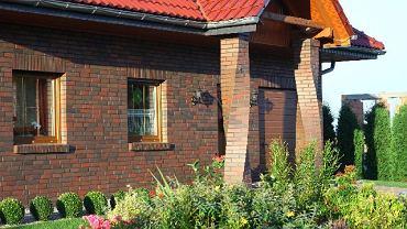 Elewacja z cegły klinkierowej spoinowanej dobraną kolorystycznie zaprawą