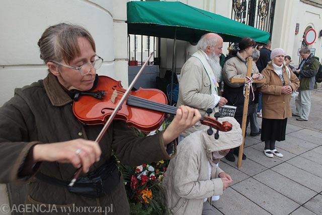 Obrończyni krzyża gra na skrzypcach