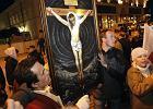 Chc� koronacji Jezusa na kr�la Polski. Manifestanci id� pod Pa�ac Prezydencki