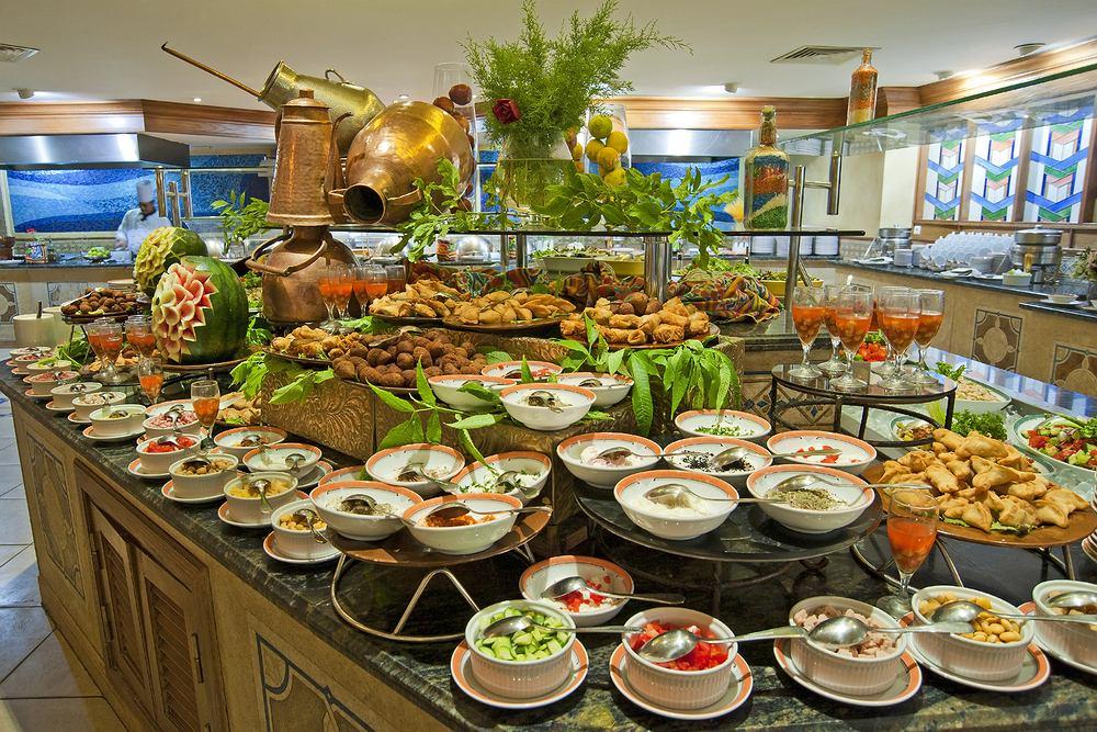 Szwedzki stół w restauracji hotelowej