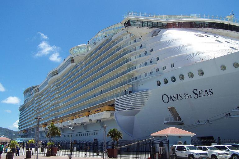 Statek wycieczkowy Oasis of the Seas zacumowany w St. Thomas.
