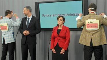 W trakcie konferencji Joanny Kluzik-Rostkowska dwóch mężczyzn w maskach pojawiło się obok liderów klubu