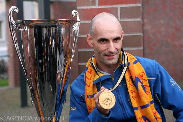 Tomasz Gollob chwali się w Gorzowie pucharem za mistrzostwo świata
