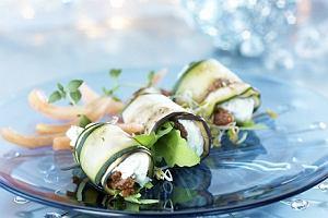 Aromatyczne roladki z grillowanego bakłażana i cukinii z serem kozim, suszonymi pomidorami i ziołami