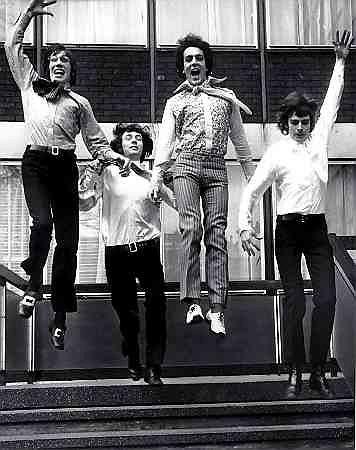 Pink Floyd u progu sławy, Londyn marzec 1967 r. Od lewej: Roger Waters, Nick Mason, Syd Barrett Richard Wright