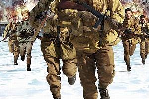 iza Miko na plakatach amerykańskiego filmu Age of Heroes