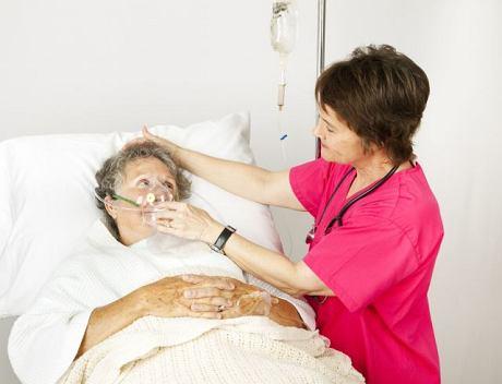 Zapalenie płuc u osób starszych niejednokrotnie kończy się