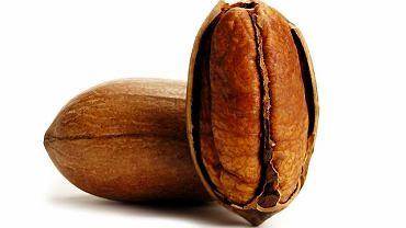 Orzechy pekan są spokrewnione z orzechami włoskimi, ich miąższ wygląda podobnie (jest brązowy i pofałdowany), ale smak mają słodszy, bardziej delikatny, bez goryczki.