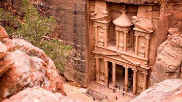 Azja Petra, Jordania. Petra w południowo-zachodniej Jordanii to skalne miasto pełne świątyń i grobowców. Te imponujące obiekty wykuli w miękkich skałach piaskowca Nabatejczycy ok. 2 tys. lat temu. Wiele z nich powstało w ścianach urwisk. Liczba zabytków sięga niespełna tysiąca. Petra to jeden z nowych siedmiu cudów świata.
