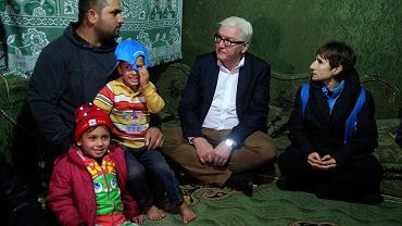 2 grudnia, minister spraw zagranicznych Niemiec Frank-Walter Steinmeier podczas wizyty w Libanie odwiedza syryjską rodzinę w nieformalnym obozie dla uchodźców