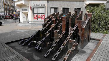Niszczejąca rzeźba-fontanna Labirynt przy pl. Zwycięstwa