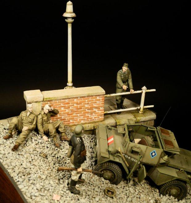 """Epizod z operacji """"Jubilee"""" czyli nieudanego lądowania jednostek brytyjskich i kanadyjskich na plażach Dieppe we Francji w sierpniu 1942 przedstawiający wziętych do niewoli Kanadyjczyków z królewskiego pułku """"Calgary""""  (fot. Radek Pituch)"""