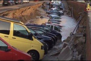 """Ogromna rozpadlina w centrum Florencji. """"Wciągnęła"""" blisko 20 samochodów"""