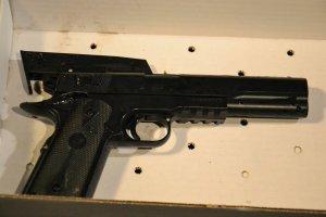 USA: dwunastolatek bawi� si� replik� broni. Policjant interweniowa�, pad�y dwa strza�y. Nastolatek nie �yje