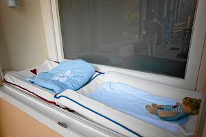 """17-letnia matka zostawiła noworodka w """"oknie życia"""". Szybko zajęły się nią prokuratura i policja"""