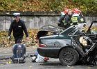 Warszawa. Kobieta z niemowlakiem w chuście wsiada za kierownicę auta. I odjeżdża... Jak to jest z fotelikami? [DZIECKO W AUCIE]