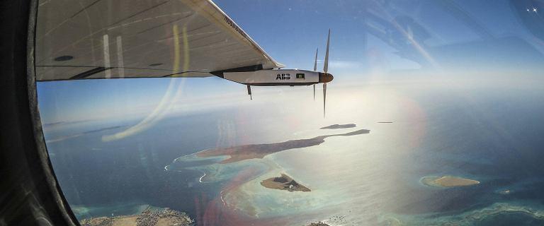 Przelecia� 43 tys. kilometr�w bez kropli paliwa. Samolot przysz�o�ci zako�czy� lot dooko�a �wiata