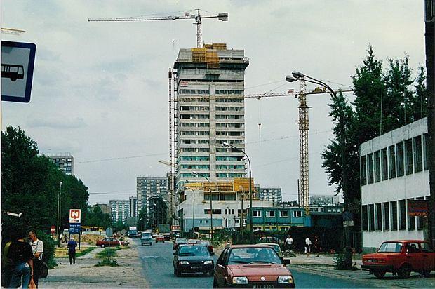 Ul. Grzybowska w 1993 r. Widok od skrzyżowania z Wronią. Trwa budowa wieżowca Pekao