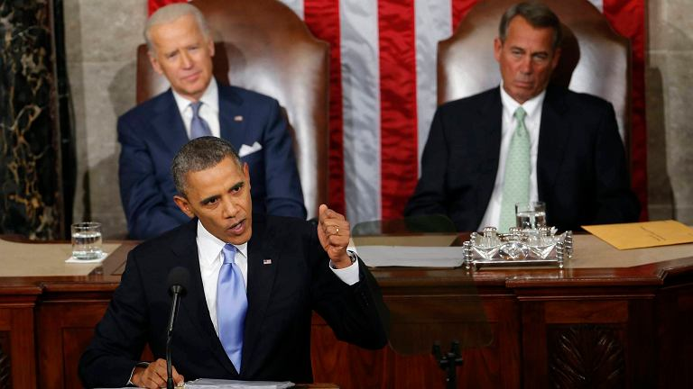 Barack Obama (na pierwszym planie z lewej). Z tyłu z prawej lider Republikanów John Boehner