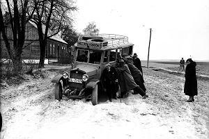 Nieznane zdjęcia przedwojennej Polski. Dawne pojazdy, eleganckie przyjęcia i prawdziwa, śnieżna zima