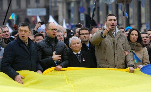 Jarosław Kaczyński i jego współpracownicy obok jednego z liderów opozycji Witalija Kliczki i jego żony Natalii