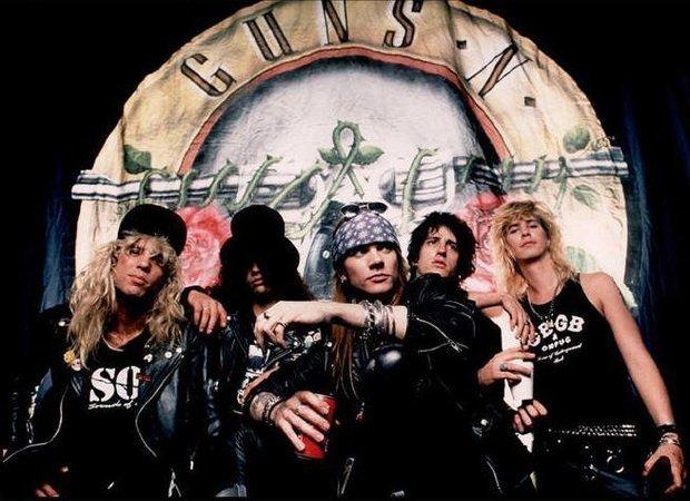 Guns N' Roses powracają w pełnym składzie i wyruszają w trasę.