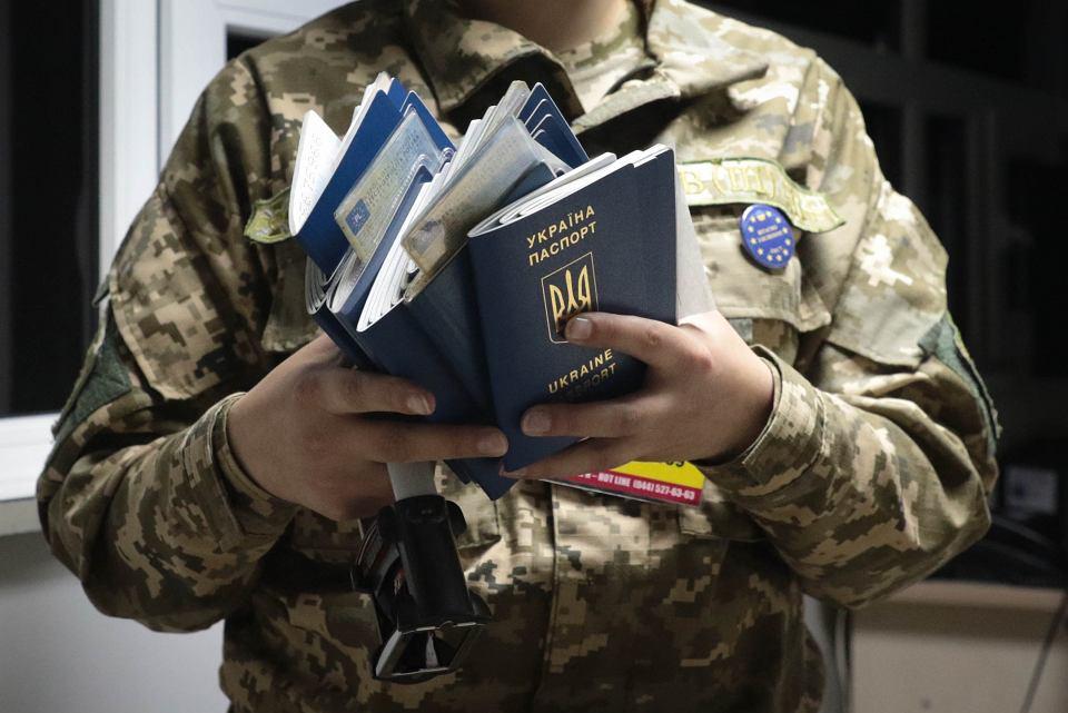 Ukraińcy przekraczają granicę z UE