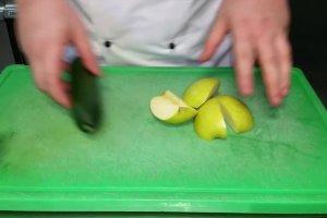 Kawior z jab�ka i og�rka przygotowuje Mateusz Miku�a