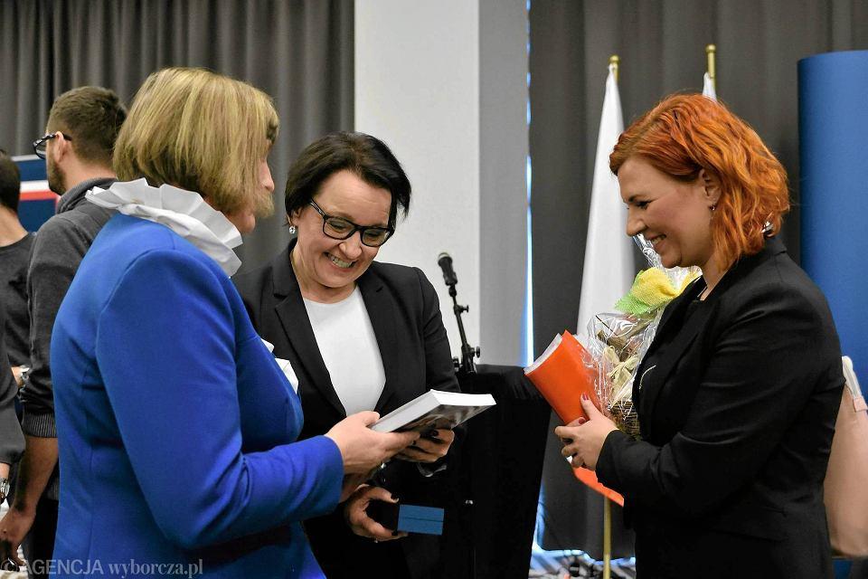 Szefowa MEN Anna Zalewska (w środku) we Wrocławiu, gdzie odbyła się pierwsza debata z cyklu 'Uczeń. Rodzic. Nauczyciel. Dobra Zmiana'