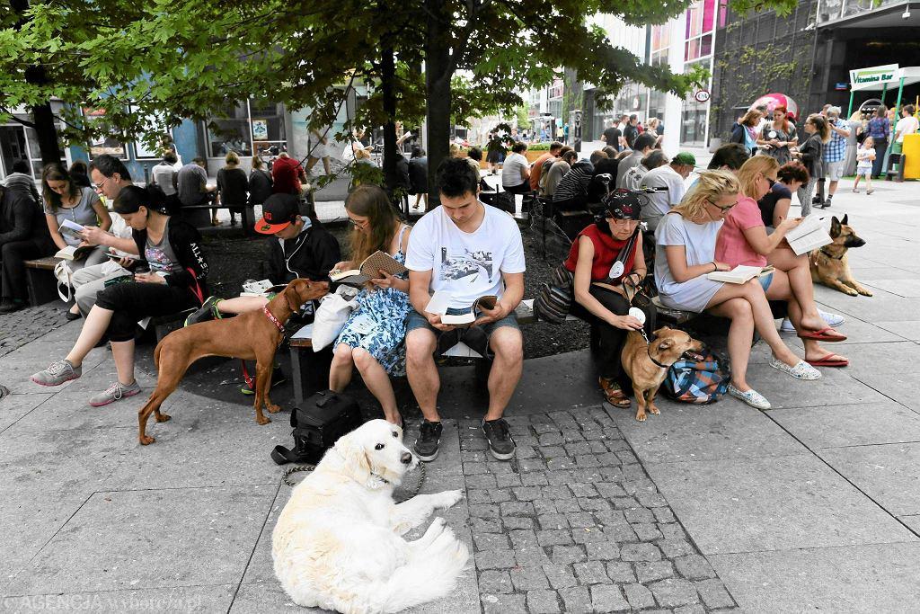 Ubiegłoroczny Big Book Festival: bicie rekordu Guinnessa w największej liczbie ludzi i psów czytających na świeżym powietrzu  / AGATA GRZYBOWSKA