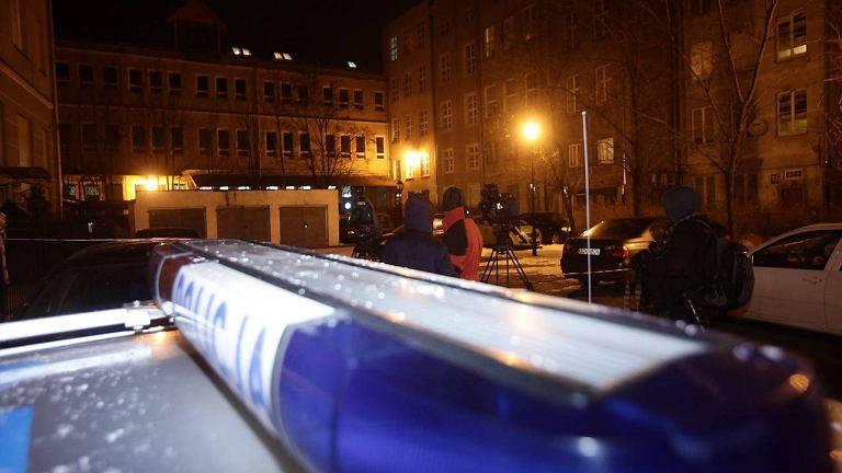 Przed budynkiem przy Długiej w  Gdańsku, w którym doszło do potrójnego zabójstwa
