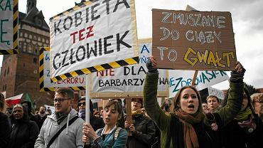 Pomysł zaostrzenia ustawy antyaborcyjnej wyprowadził kobiety na ulice. Manifestacja w Gdańsku, kwiecień 2016