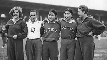 Mecz lekkoatletyczny kobiet Polska - Japonia w Poznaniu. Od prawej: Jadwiga Wajsówna, Shimpo, Yamamoto, Zofia Smętkówna i Maria Kwaśniewska