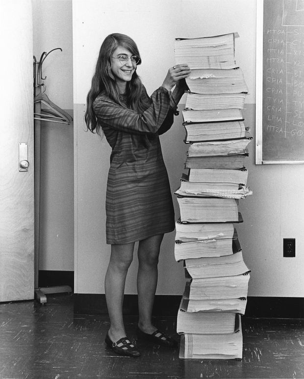 Margaret Hamilton, a obok niej kod źródłowy programu nawigacyjnego projektu Apollo (rok 1969)