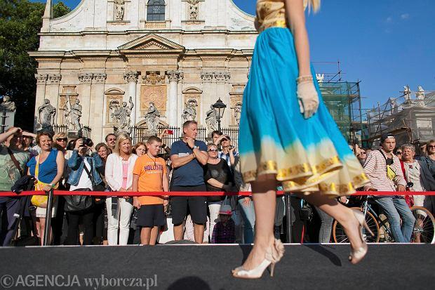 Kraków, Festiwal Fashion Show. Młodzi projektanci nie są w stanie zaistnieć w mediach ani zorganizować sobie pokazów. Wszystko z powodu cen. Dobrą okazją do prezentacji są więc lokalne imprezy związane z modą.