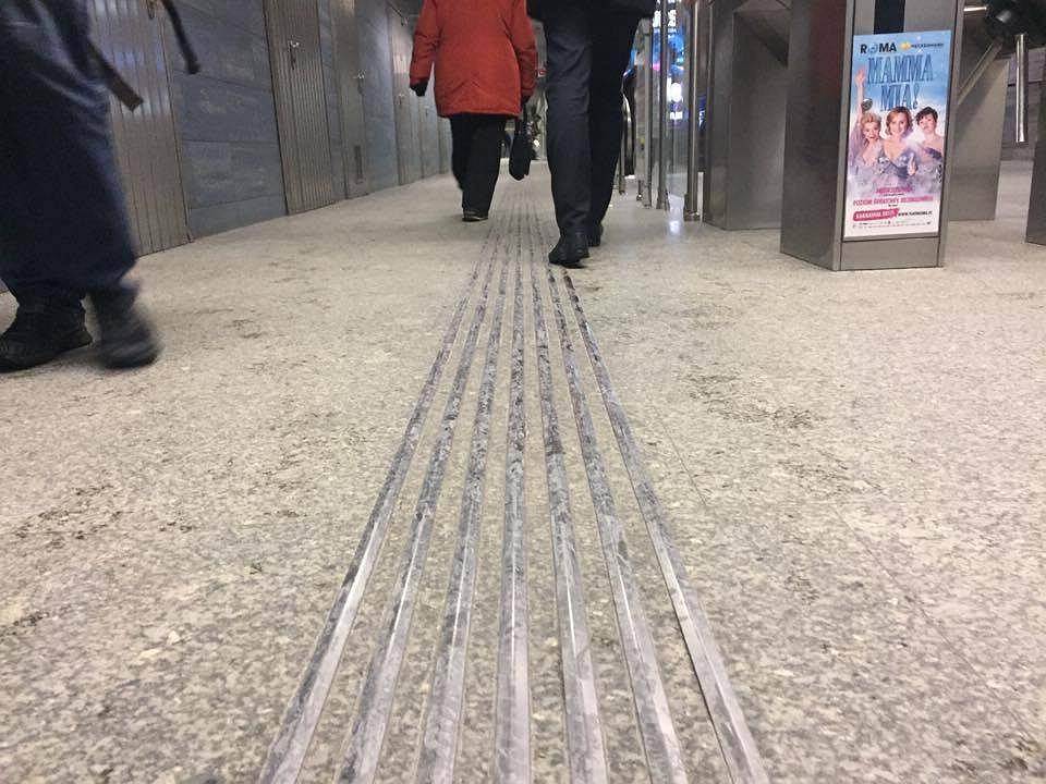 Ścieżki dla niewidomych w warszawskim metrze