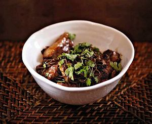 Kaczka stir-fry z gryczanym makaronem soba