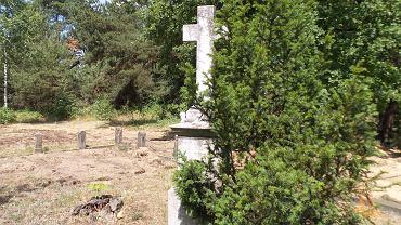 Cmentarz przy ul. Zaświat w Bydgoszczy ze zniszczoną kwaterą grobową