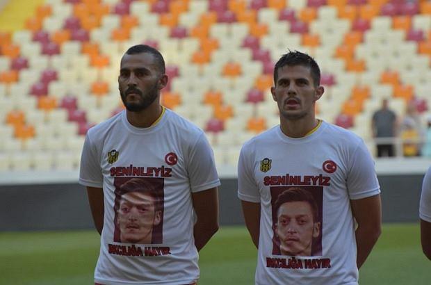 b344201f3 Nowy klub Guilherme solidarny z Oezilem. Piłkarze wyszli na boisko w  koszulkach z jego zdjęciem