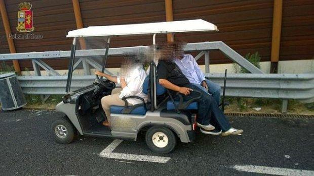 W�ochy: Arabski ksi��� jecha� w�zkiem golfowym po autostradzie