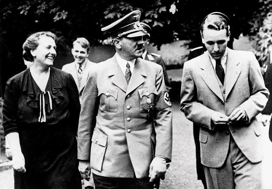 Adolf Hitler w Bayreuth z gospodarzami: jego przyjaciółką (oraz domniemaną kochanką) Winifred Wagner i jej synem Wielandem, synem Richarda. Lipiec 1938 r.