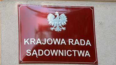 Ulica Rakowiecka w Warszawie. Fragment budynku w którym mieści się KRS